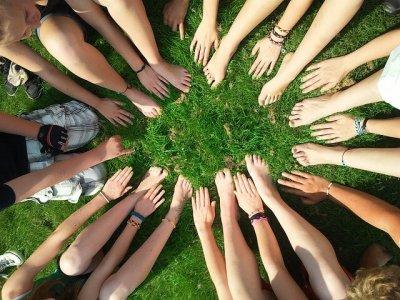 Team bildet Kreis mit Händen und Füssen